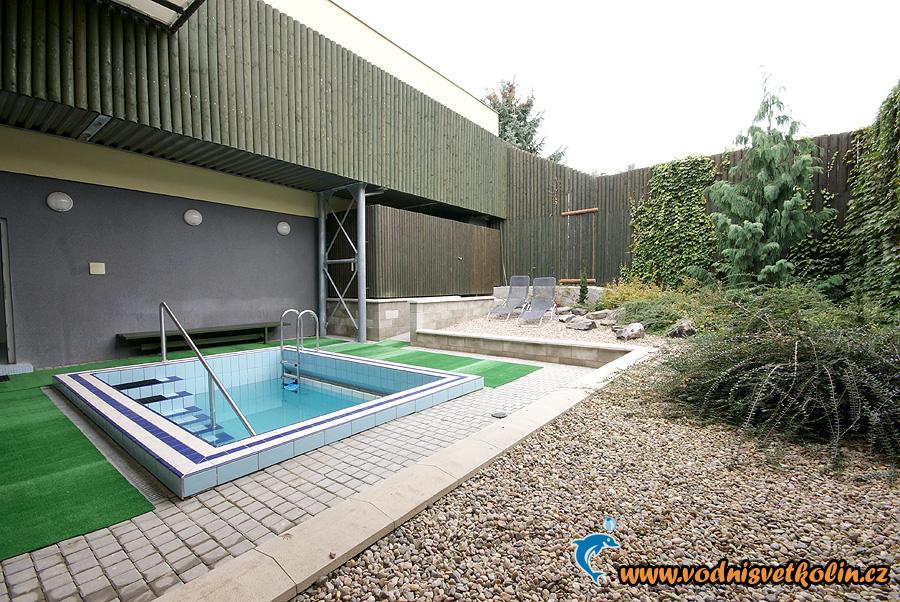 Venkovní zahrada s bazénem